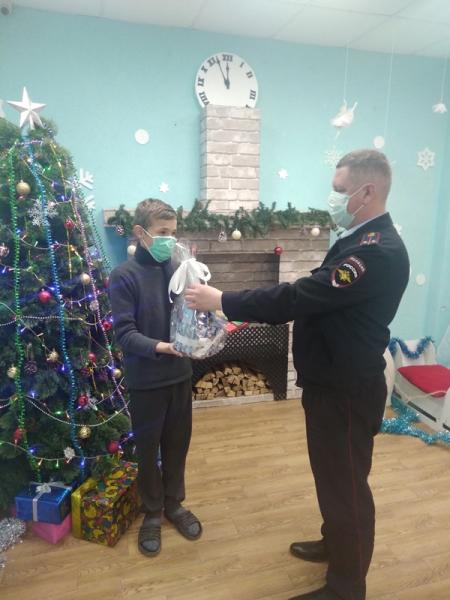 Сотрудники МВД и общественники поздравили с новогодними праздниками детей в Центре временного содержания несовершеннолетних правонарушителей